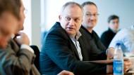 Der Sachverständigenrat (in der Mitte: Vorsitzender Christoph Schmidt) erarbeitet sein Gutachten für 2014. Für die F.A.S. haben Christian Siedenbiedel und Frank Röth die Diskussion beobachtet.