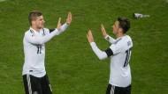 Timo Werner und Mesut Özil beim Spiel gegen Frankreich in Köln.