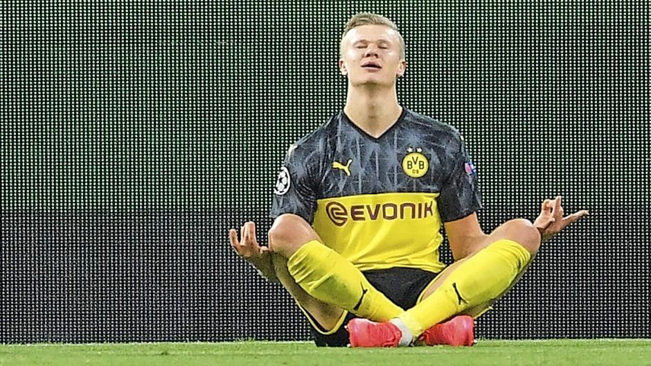 Willkommen in der Weltklasse: Seinen ersten Treffer für Dortmund in der Champions League gegen Paris feiert Erling Haaland im Februar 2020 mit einem Buddha-Jubel.