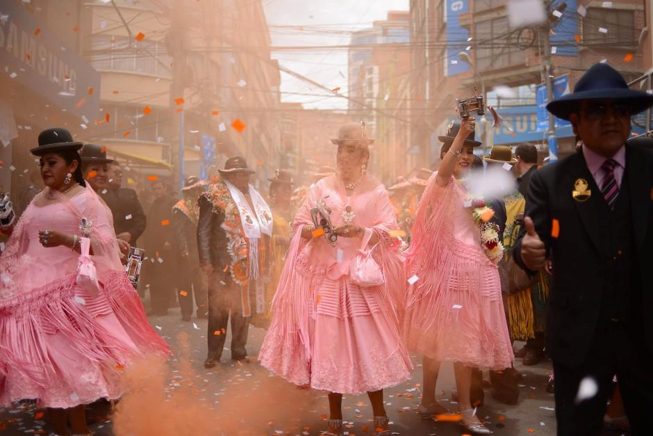 Tänzerinnen und Tänzer des Preste-Fests werfen Konfetti in den Straßen von La Paz.