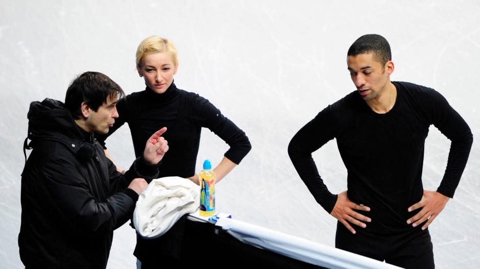 Eingespieltes Team: Trainer Ingo Steuer (l.) und die Weltmeister Aljona Savchenko / Robin Szolkowy