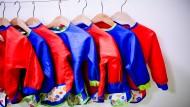 Kleidsam: Über diese Kittelchen freuen sich besonders die Eltern. Beim Basteln und Malen regelmäßig übergezogen, können sie im Laufe einer Kita-Karriere zentnerweise Wäscheladungen sparen.