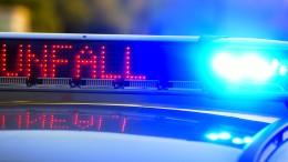 Lastwagenfahrer beschädigen Brücke und Haus