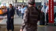 Am Istanbuler Flughafen Atatürk haben sich die Arbeitsabläufe nach dem Anschlag wieder normalisiert.