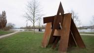 """Wortspiel: """"Heimat"""" ist der Titel der Skulptur aus Buchstaben des Künstlers Mario Hergueta am Rüsselsheimer Mainufer."""