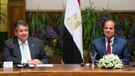 Vizekanzler und Wirtschaftsminister Sigmar Gabriel (links) bei seinem Besuch in Kairo beim ägyptischen Machthaber Sisi (rechts).