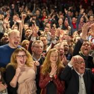 """Bei der SPD ist Party angesagt, auch wenn das starke Ergebnis acht Prozentpunkte schlechter ausfällt als bei der letzten Wahl. Bei der Verkündung des Ergebnisses der AfD wird fast noch lauter gejubelt als beim eigenen – """"Nazis raus""""-Rufe sind zu hören."""