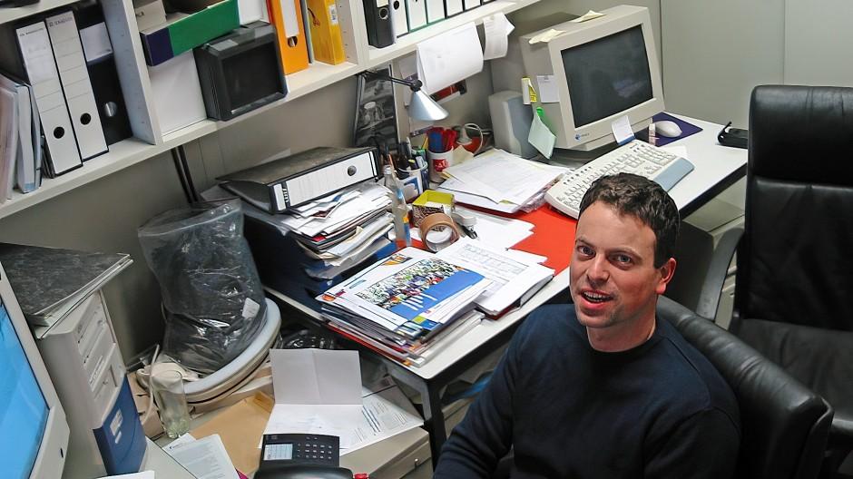 CureVac-Gründer Ingmar Hoerr 2002 im Chefbüro seiner damals frisch gegründeten Firma –  ein umfunktionierter Abstellraum neben dem Labor im Chemiehochhaus der Universität in Tübingen