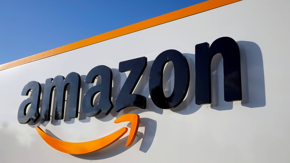 Das Logo von Amazon an einem Logistikzentrum im französischen Boves
