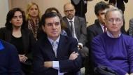 Spaniens Prinzessin Cristina (letzte Reihe, Links) und ihr Ehemann Iñaki Urdangarin (letzte Reihe, zweiter von Rechts) müssen sich wegen Korruptionsvorwürfen mit 16 weiteren Angeklagten verantworten.