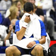 Verletzt: Novak Djokovic muss unter den Pfiffen der Zuschauer das Stadion verletzt verlassen.