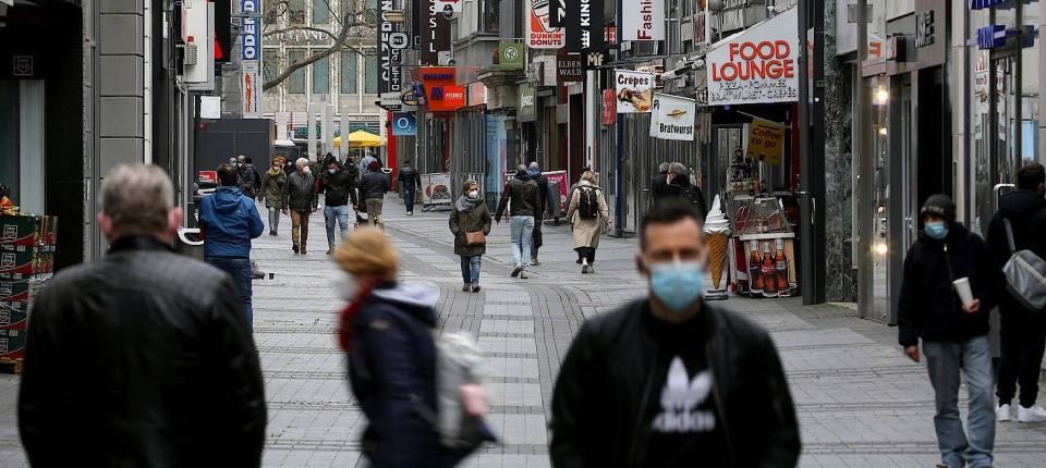 Menschen gehen durch eine Fußgängerzone in Köln. (Symbolbild)