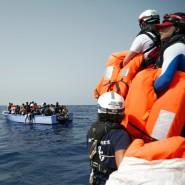 Seenotretter von SOS Méditerranée halten im September 2019 Rettungswesten für vor der libyschen Küste in Seenot geratene Migranten bereit.