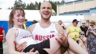 Russisches Pärchen gewinnt WM im Ehefrauentragen