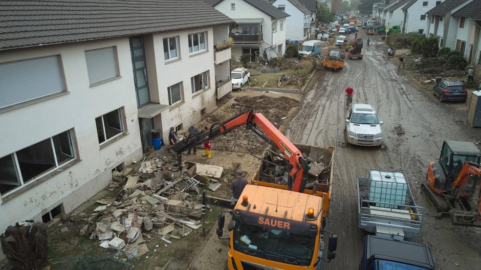 Bad Neuenahr-Ahrweiler: Zahlreiche Bauunternehmen helfen bei Aufräumarbeiten nach der verheerenden Flut.