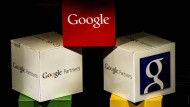 Kästen mit dem Google-Logo in Lille.