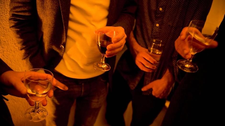 Status: Es ist kompliziert. Wenn es weder Kneipenbesuche noch Partys gibt, fällt es schwer, neue Bekanntschaften zu machen.