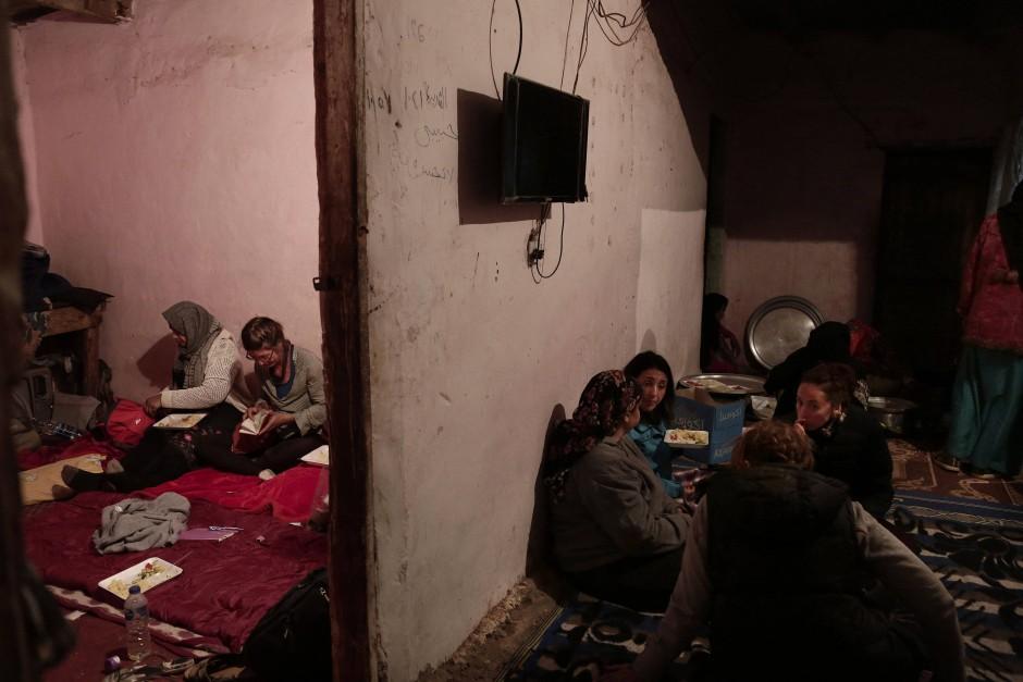 Gemeinsam essen die Touristinnen und ihre beduinischen Wanderführerinnen im Haus von Umm Yasser. Die Fremden dürfen aber nicht in den Häusern der Beduinen übernachten. Deshalb kehren sie nach der Tagestour wieder in ihre Unterkünfte in Wadi Sahu zurück.