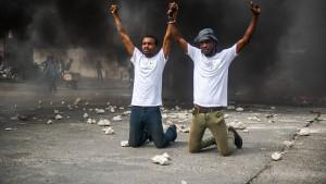 Brennende Barrikaden und Proteste