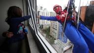 Superhelden putzen Fenster für kranke Kinder