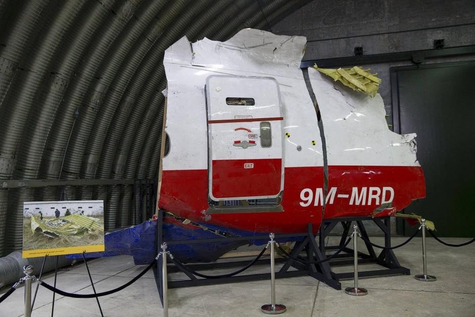 Ein Teil des Flugzeugrumpfs von MH17, das intakt geblieben ist