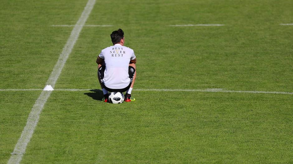 Erst lange nach dem Foto mit dem türkischen Präsidenten erklärt Mesut Özil seine Motive - das Bild zeigt ihn im Trainingslager vor der Weltmeisterschaft