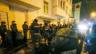 Großfahndung nach Anis Amri: Polizeieinheiten vor einem Haus in Dortmund