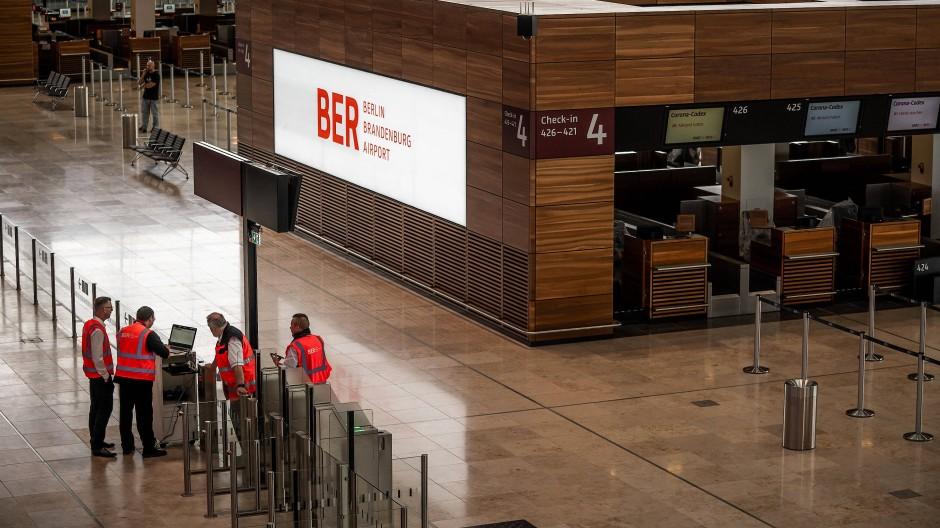 Techniker und Arbeiter in der Abflughalle des neuen Flughafens Berlin-Brandenburg
