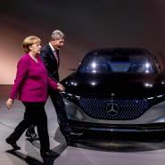 Rundgang vor dem Abgang: Bernhard Mattes an der Seite der Bundeskanzlerin Angela Merkel auf der IAA
