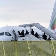 Abgelehnte Asylbewerber steigen in ein Flugzeug, dass sie in ihre Heimatländer zurückbringen soll.
