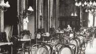 Kein anderes Möbelstück ist auf so vielen zeithistorischen Bildern zu sehen wie der Wiener Kaffeehaus-Stuhl von Michael Thonet.
