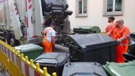 Das kann doch einen Müllmann nicht erschüttern: Auch im Mainzer Baustellen-Chaos wird der Tonne eine Abfuhr erteilt.