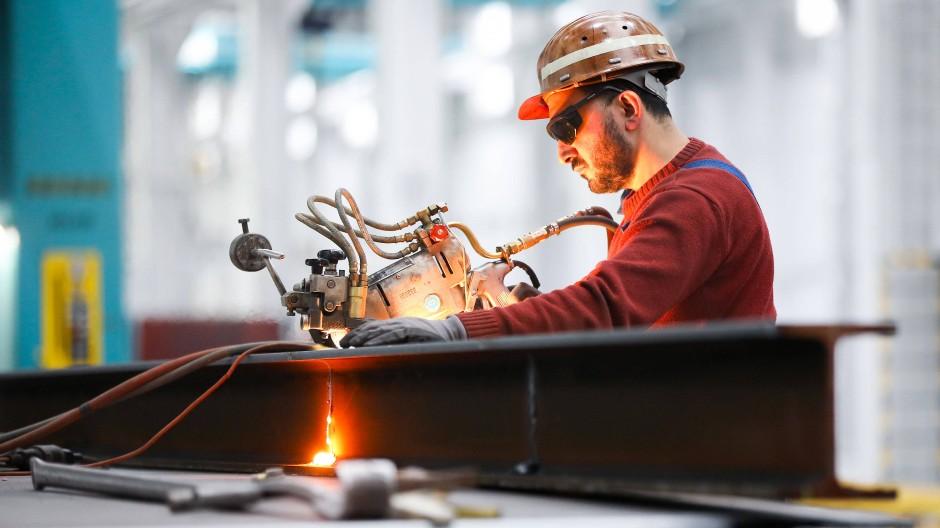 Ein Brenner und Maschinenführer arbeitet auf dem Werftgelände von Blohm+Voss in Hamburg.