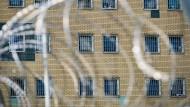 Gitter sind vor den Fenstern der Zellen in der Justizvollzugsanstalt in Hannover zu sehen.