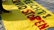 Wenn der erfolgreich Warnende die nachträgliche Rechtfertigung der Warnung verhindert: Plakatmaler, die im März Maßnahmen gegen die dritte Welle forderten