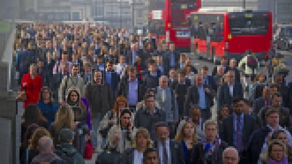 Ein gesuchtes Gesicht in der Menge identifizieren, ist wie die Stecknadel im Heuhaufen finden – kein Problem für die Technik.