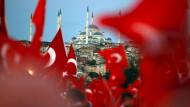 Menschen schwenken türkische Fahnen bei einer Gedenkveranstaltung in Istanbul zum zweiten Jahrestag des Putschversuchs.