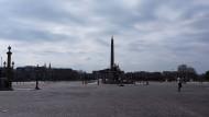 Der Platz Place de la Concorde mit dem Obelisken von Luxor ist fast menschenleer.