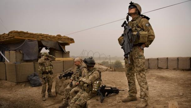 """Bundeswehreinsatz in Afghanistan - Bundeswehr-Soldaten des Ausbildungs- und Schutzbataillon (ASB) operieren beim sogenannten """"Partnering"""" in Kundus gemeinsam mit Soldaten der afghanischen Nationalarmee"""