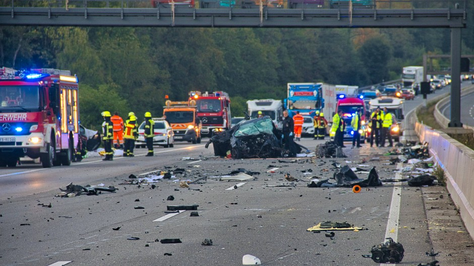 Trümmerteile überall: Die Autobahn war stundenlang gesperrt.