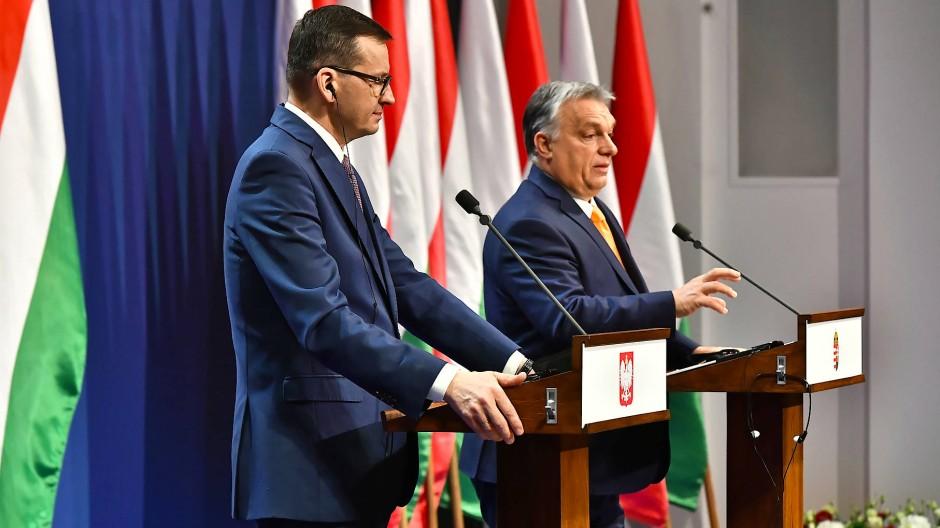 Gemeinsam gegen Brüssel: Morawiecki und Orbán bei einer Pressekonferenz in Budapest