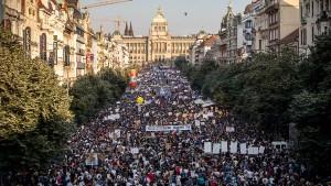 Hunderttausende demonstrieren in Prag gegen Regierungschef