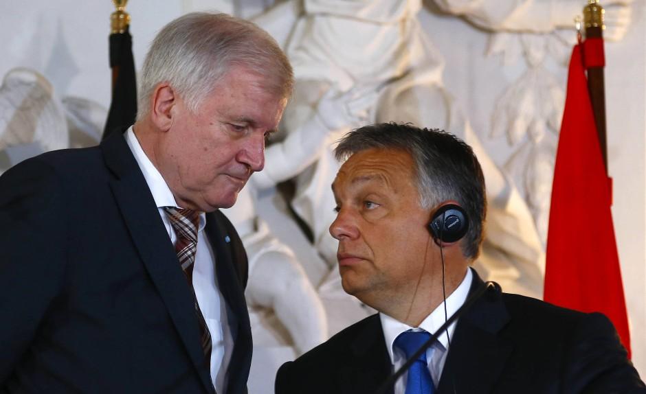 """Die bayerische SPD-Landtagsfraktion geißelt Orbán, hier im September 2015 mit Seehofer in Kloster Banz, als """"schlimmen Autokraten"""" und nationalkonservativen """"Europazerstörer""""."""