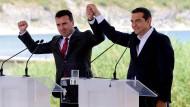 """(Preisverdächtige) Friedensgeste? Alexis Tsipras sein mazedonischer Amtskollege Zoran Zaev legten im Juni 2018 den Grundstein für eine Lösung des """"Namensstreits"""""""