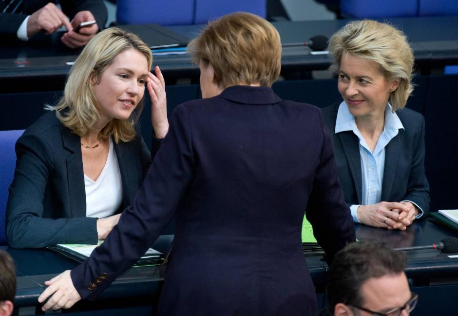 Im Job: Schwesig mit Kanzlerin Angela Merkel und Verteidigungsministerin Ursula von der Leyen.