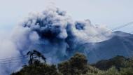 Vulkan Turrialba spuckt weiter Rauch und Asche