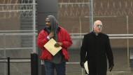 R. Kelly (l) verlässt das Cook County Gefängnis in Chicago zusammen mit seinem Verteidiger Steve Greenberg.