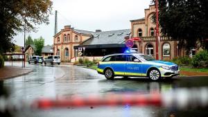 Zug auf der Suche nach mutmaßlichem Mörder von Göttingen gestoppt