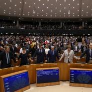 Hand in Hand singen die Parlamentarierinnen und Parlamentarier der Europäischen Union zum Austritt Großbritanniens – kein Freudenlied.