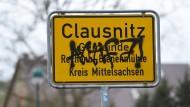 Das Beschmierte Ortsschild von Clausnitz kurz nach der Blockade des Flüchtlingsbusses.